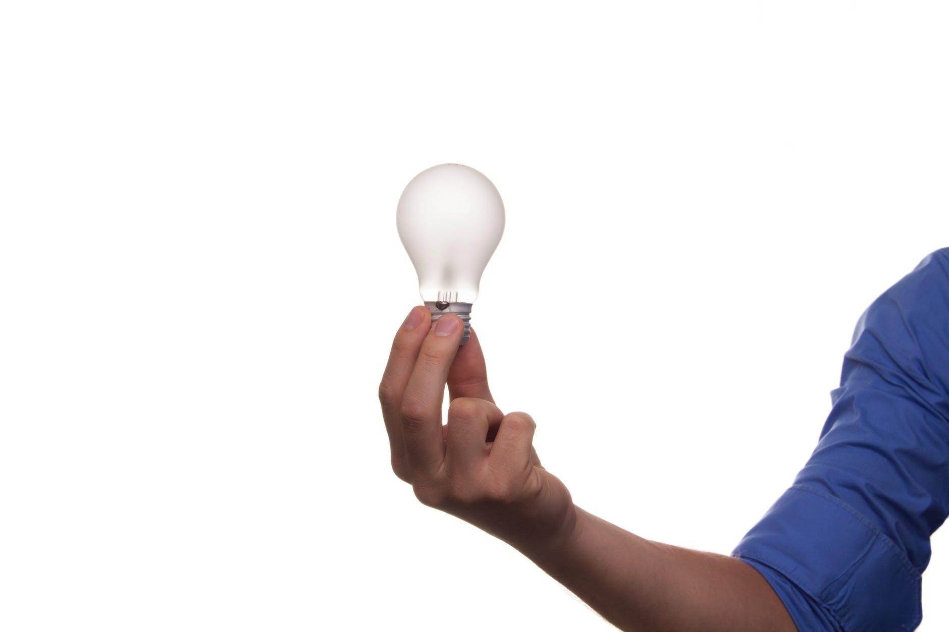 eine weiße küche mit einer arbeitsplatte aus holz: ideen